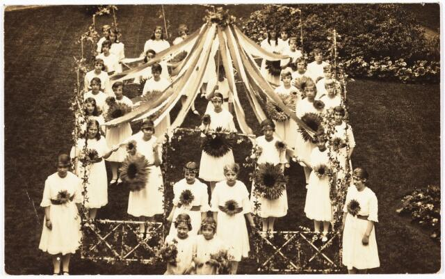 009096 - H. Harthulde. Opstelling voor de H. Hart stoet Parochie 't Heike in de tuin van Straeter. (1924)