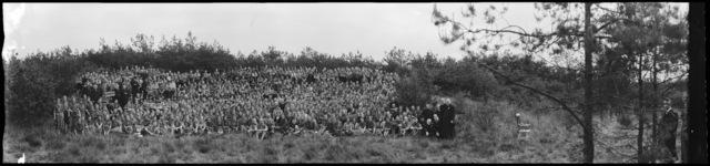 """651348 - Groepsfoto van de hele vereniging R.K. Verkenners Dorst """"Den Bunthoek"""" Scouting; Verkenners; gidsen, almoezeniers enz. Panoramanegatief"""
