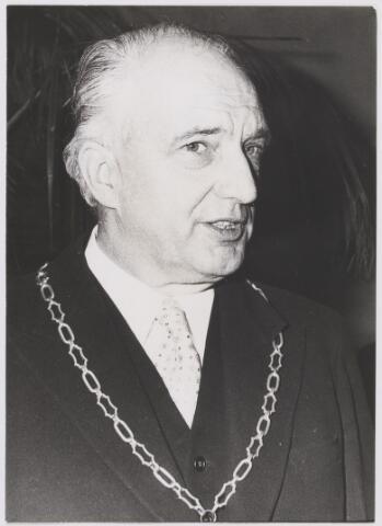 081113 - Burgemeester P.G. Ballings, nadat hij de ambtsketen uit handen van loko-burgemeester A.D. Noy mocht ontvangen