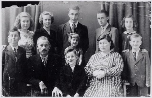 045999 - Petrus Cornelis van Gils, metselaar van beroep, trouwde te Goirle op 11 augustus 1919 met Hendrina de Rooij. De foto werd genomen t.g.v. de zilveren bruiloft. Op de eerste rij v.l.n.r. Wilhelmus Petrus van Gils, geboren te Goirle op 4 september 1932, Petrus Cornelis van Gils, geboren te Goirle op 19 april 1897, Franciscus van Gils, geboren te Goirle op 5 mei 1936, achter hem Johanna Petronella Maria van Gils, geboren te Goirle op 28 oktober 1937, Hendrina van Rooij, geboren te Tilburg op 15 februari 1898 en Antonius Maria van Gils, geboren te Goirle op 31 maart 1934. Staande v.l.n.r. Francisca Maria van Gils geboren te Goirle op 2 april 1927, Tresia Maria van Gils, geboren te Goirle op 20 augustus 1921, Johannes Petrus Josephus van Gils, geboren te Goirle op 1 maart 1920, Hendrikus Antonius Cornelis van Gils, geboren te Goirle op 18 september 1925 en Maria Petronella van Gils, geboren te Goirle op 6 juli 1930.