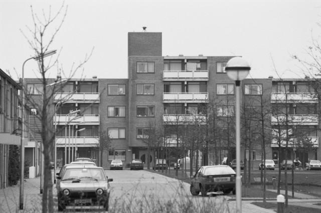 """TLB023000133_001 - Kleinschalig appartementencomplex in nieuwbouwwijk. Foto gemaakt in kader Reeshof """"gezond beleid"""""""