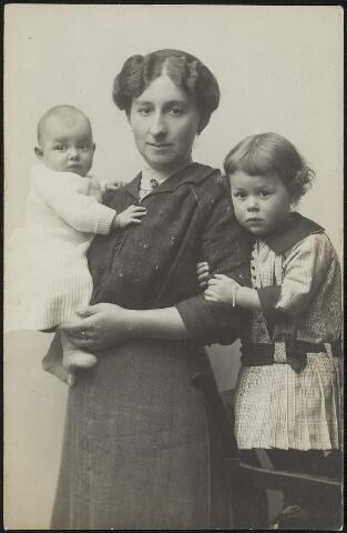 603701 - Antonia M.A. Thijs (Tilburg 1886-Waalwijk 1935), gehuwd in 1911 te Tilburg met Johannes J.M. Langermans. Antonia is hier gefotografeerd met haar kinderen. Het gezin Langermans-Thijs woonde vanaf 1911 in Waalwijk.