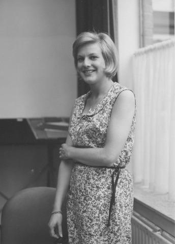 063952 - Personeel. Els van Lieshout, werkzaam op het kantoor van wollenstoffenfabriek A. & N. Mutsaerts, bij haar afscheid.
