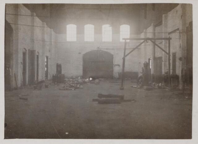 044500 - Interieur voormalige fabriek aan de Havendijk tijdens de verbouwing tot parochiekerk.
