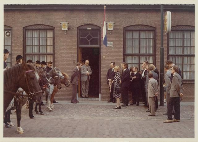 89041 - Na de installatie van de nieuwe  burgemeester van Terheijden: dhr. J. van Maasakkers bij Pastoor Schellekens, Wagenberg (tegenover de kerk). Zie foto 89025