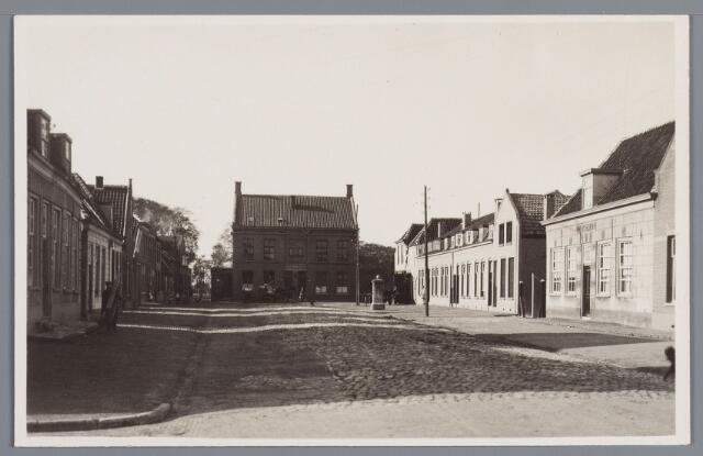 """058221 - Inkijk in de Koestraat. """"Het Gebouw"""" in november 1931 afgebroken"""