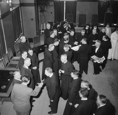 050994 - Receptie. Religieuzen. Paters en nonnen. Obers presenteren drank en sigaren.