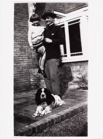 """007373 - Willem Lenglet (pseudoniem """"De Nève"""") 1889-1961 poseert hier met zijn dochter Maryvonne en hond Boy in 1929."""