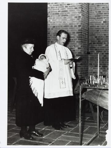 006558 - Doop van de 130.000-ste inwoonster van Tilburg, Petronella van Bers in de Vredeskerk op 15-12-1955. Links haar grootmoeder en meter Petronella Catharina van Bers-Vugts geboren te Diessen 9-8-1987. Rechts kapelaan G. van Driel.