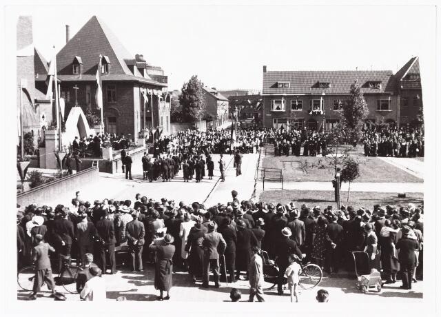 010083 - Huldiging pastoor W.M.F. Mutsaerts bij zijn 25-jarig priesterfeest op 6 juni 1939.