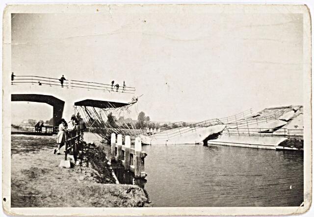 012388 - Tweede Wereldoorlog. Vernielingen. De begin september 1944 opgeblazen viaductbrug over het Wilhelminakanaal bij de Meierijbaan