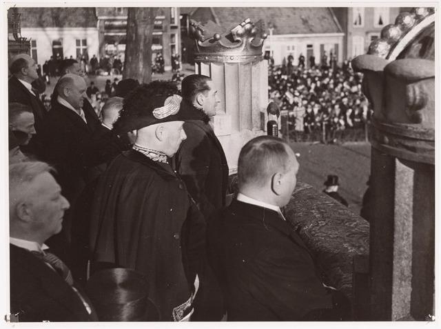042681 - Huis van Oranje. Burgemeester mr. dr. F. Vonk de Both luistert naar Fred Mutsaerts, voorzitter van Tilburg Vooruit, die het verzamelde publiek toespreekt dat zich heeft verzameld bij het Paleis-Raadhuis een dag na de geboorte van prinses Beatrix.
