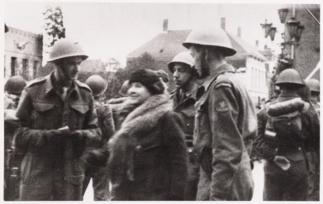 012738 - Tweede Wereldoorlog. Koninklijk bezoek. Koningin Wilhelmina onderhoudt zich met enkele leden van de Stootttroepen tijdens haar bezoek aan Tilburg op 18 maart 1945