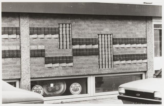 068048 - SIERMETSELWERK (betonsteen) in de gevel van het RaboBank-filiaal aan de Korvelseweg 122. Gemaakt in 1974 door Jan VAES (Den Bosch 1927-Breda 1994)  Trefwoorden: kunst, openbare ruimte, bedrijven