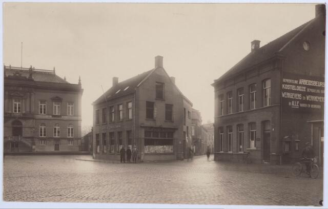 027802 - Inkijk in de Oude Markt; Het oude stadhuis; Zomerstraat; Hotel de Gouden Zwaan; muurreclame Gemeentelijk Arbeidsbureau