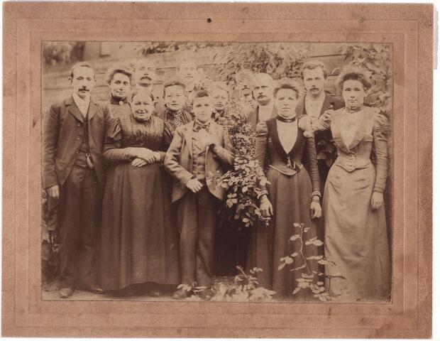 003864 - Petrus Adrianus (Jos) BURMANJE (1871-1932), uiterst links, met tweede van links Anna Huberta Princen (1870-1941). Hun huwelijk vond plaats op 17 juli 1900.