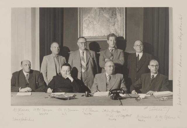 044164 - In 1953 vierde de r.k. vereniging van werkgevers in de Brabantse steenindustrie in Tilburg haar 25-jarig bestaan. Zittend v.l.n.r. vice-voorzitter A.J. Claesen, geestelijk adviseur rector dr. J. Janssens, voorzitter J.M.A. van Ginneken en adjunct-secretaris A.M. Eijkens. Staande v.l.n.r. H.P.H. Janssen, penningmeester J.L. Theeuwes, A.W.L.M. van Hapert en A. van Mierlo.