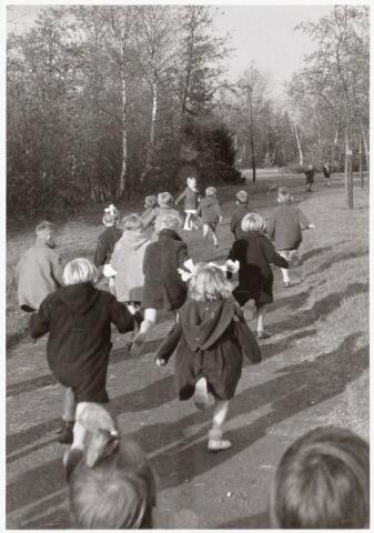 051013 - Basisonderwijs. kleuterschool. Kleuterklas aan het wandelen in het Leypark.
