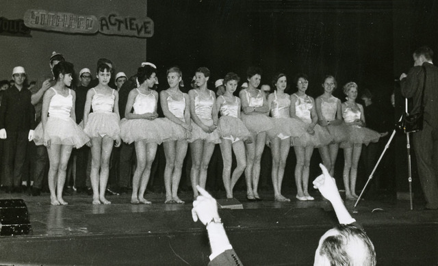 """092048 - Leerlingen van de St.PAULUS-HBS in de revue """"Het Wonderakkoord"""" waaraan 235 spelers deelnamen. E.e.a. ter gelegenheid van het koperen priesterfeest van de moderator P. Raaymakers op 4 dec. 1962. Plaats: schouwburg."""