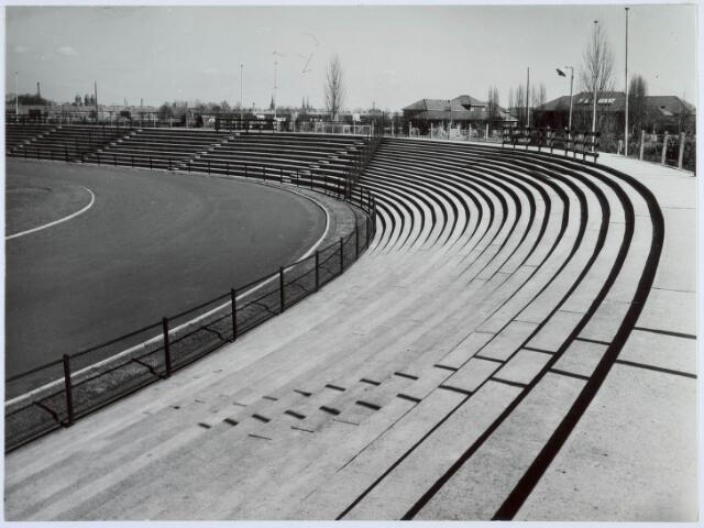 019711 - Staantibune van het gemeentelijk stadion aan de Goirleseweg. Rechts op de achtergrond de Willem II-kazerne, nu een penitentiaire inrichting
