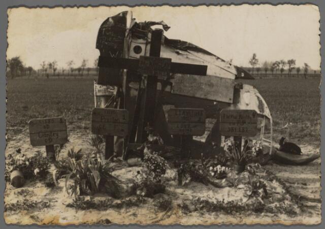 104474 - WO2 ; WOII ; Tweede Wereldoorlog. In de nacht van 14 op 15 mei 1940 stortten vier geallieerde militairen boven Den Hout, met hun vliegtuig omlaag en sneuvelden. De foto geeft een beeld van hun veldgraf.     De foto doet vijf slachtoffers vermoeden: vier kleine opschriften en middenin een groter. Het grotere bord/kruis verwijst in z'n algemeenheid naar de crash en vermeldt: hier rust McKinlay en zijn drie vrienden. Het verwijst niet naar zijn graf. Het uiterst rechtse bord/opschrift is van het graf van McKinlay.