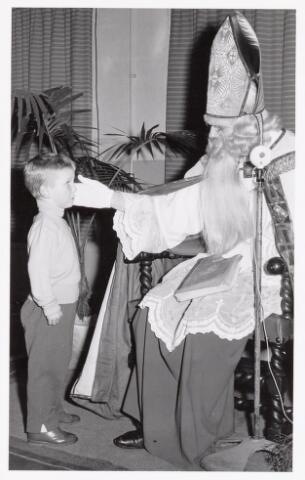 038718 - Volt. Oosterhout. Sint Nicolaasviering voor de kinderen van het personeel in 1960. Fabricage- of productie vond in Oosterhout plaats van april 1951 t/m 1967. Sinterklaas. St. Nicolaas