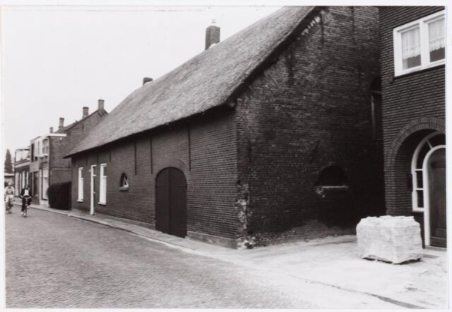 """029201 - Deze vrijstaande, met riet gedekte langgevelboerderij met puntgevels, is omstreeks 1890 gebouwd ter vervanging van een boerderij die vroeger al op deze plaats stond. In een notariële akte van 24 februari 1820 is sprake van """"Eene bouwmans huizinge met annexe stal, drie schuren en aangelegen Teel en grasland, groot omtrend agt en een half lopenzaad, staande en gelegen te Tilburg ter plaatse genaamd de Leenhouwers"""". De  kaart van Diederik Zijnen uit 1760 heeft ter plaatse de aanduiding Alleen Houders, terwijl op de kadasterkaart van 1832 de naam Leenhouders voorkomt. In 1855 werd Johannes Hendrikszoon Wijters eigenaar van deze hoeve en in 1884 verkocht hij de boerderij aan Adrianus van Roessel (1845 - 1900), die kort daarop de thans nog bestaande boerderij liet bouwen."""