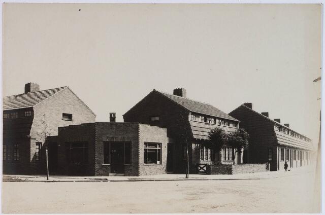 028387 - Panden aan het St. Pietersplein nummers 29, 30 en 31, geheel links de St. Pieterstraat en rechts de St Andreasstraat