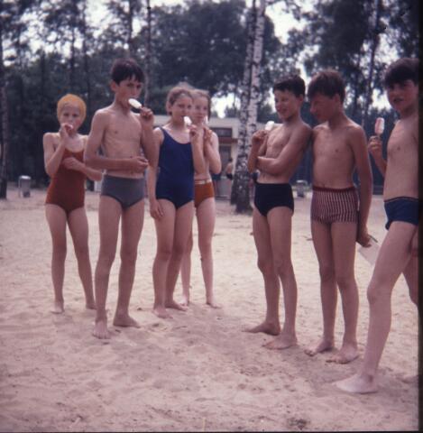 650163 - Gerardus Majellaschool, Hulten. Schoolreisje Efteling rond 1970.