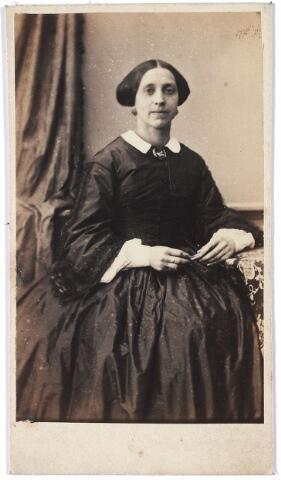 005833 - Hendrika Reyners, geboren te Druten op 9 maart 1825, overleden te Arnhem op 28 februari 1899, gehuwd te Druten op 26 september 1854 met Bernardus Johannes Antonius van Spaendonck, geboren te Tilburg op 18 oktober 1818, aldaar overleden op 26 juni 1876. Gerelateerd aan de families Van Spaendonck, Wouters, Reyners en Mutsaers