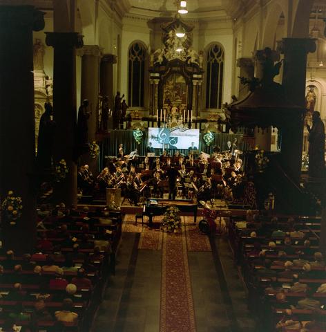 1237_012_972-1_001 - Cultuur. Muziek. Orkest. Het 125-jarige jubileum van het Tilburgse muziekorkest l'Echo des Montagnes in 1992. Dit wordt gevierd met onder andere een concert in de Heikese kerk (Sint Dionysiuskerk).