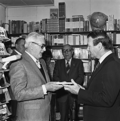 072411 - Goirle. Schrijver Wim van Boxtel overhandigt een boek aan burgemeester Ton van den Wildenberg.