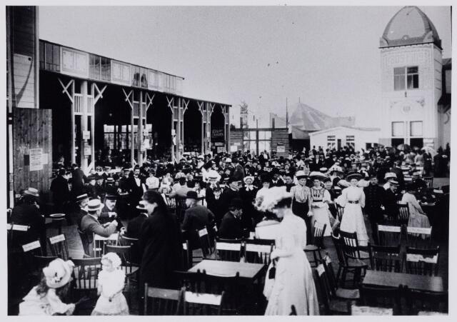 103826 - Tentoonstelling. Tentoonstelling Stad Tilburg 1909 gehouden van 15 juli - 8 augustus 1909  Handel Nijverheid en Kunst. Het tentoonstelling-terrein was gelegen aan de 1e Herstalse Dwarsstraat (tussen Boomstraat en Industriestraat). restauratie zaal/terras.