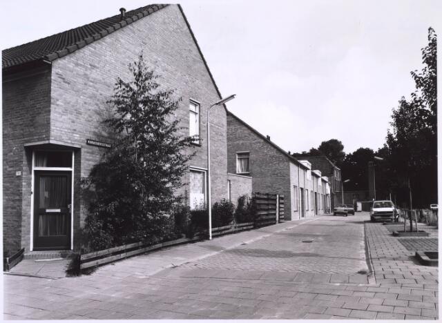 024883 - Kurassiersstraat, gebouwd op de plek van de voormalige textielfabriek Antoon de Rooy, afgebrand op 5 december 1974.