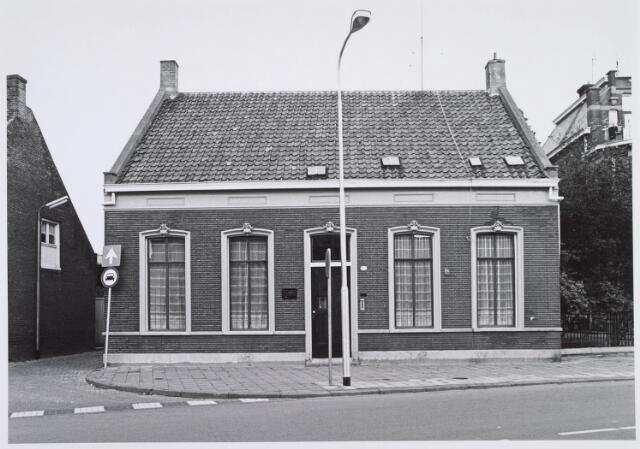019333 - Pand van de familie Van Dijk aan de Goirkestraat. Erachter was een werkplaats. Links ervan het Vernisstraatje, dat uitkwam op de Ringbaan-Noord. In dit smalle straatje waren ijzergieterij Melis, oud papierhandel Mekes en kolenhandel Hersmus gevestigd
