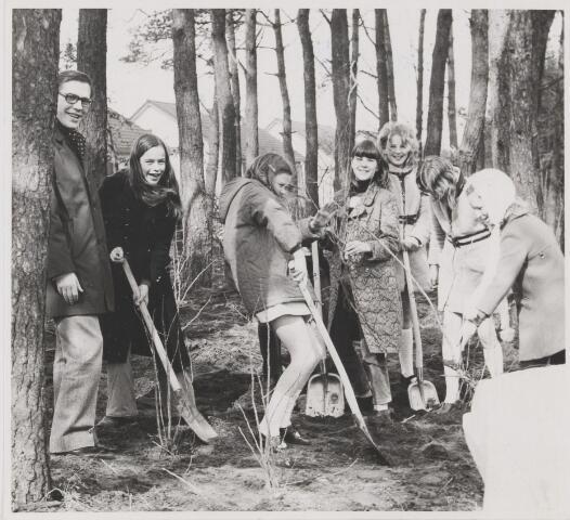 081905 - Foto waarschinlijk genomen ter gelegenheid van boomplantdag. Links op de foto voorlichtingsambtenaar Hans Prinssen. Mogelijk bij bosstrook Cort van der Lindenstraat.