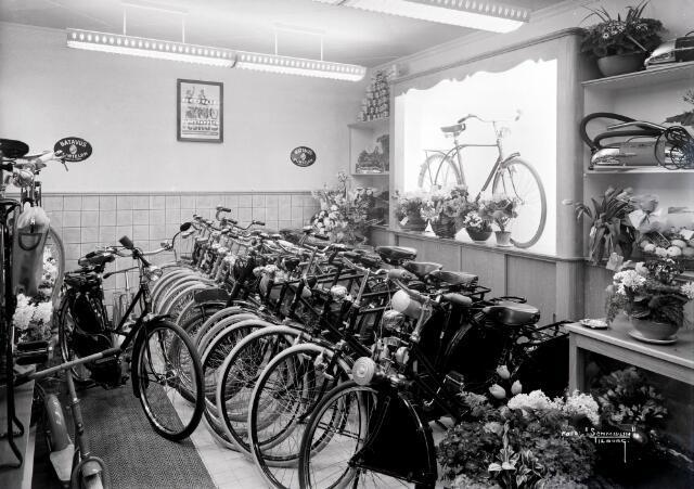 650524 - Schmidlin. Fietsenhandel A. Spijkers aan de Leo XIII-straat 85, april 1950.