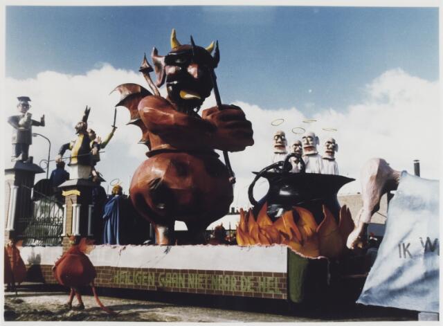 """068309 - Carnaval. carnavalswagen van de """"Fijnpruvers"""" met als thema """"Heiligen gaan niet naar de hel""""."""