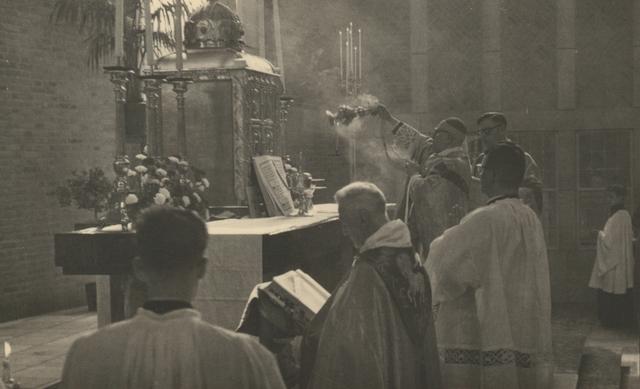 653312 - Parochie Gasthuisring. Pontificale Hoogmis door Mgr. W. Mutsaerts met assistentie van pastoor K.D.J. Janssens t.g.v. de inwijding van de O.L.Vrouw van Altijddurende Bijstand kerk.