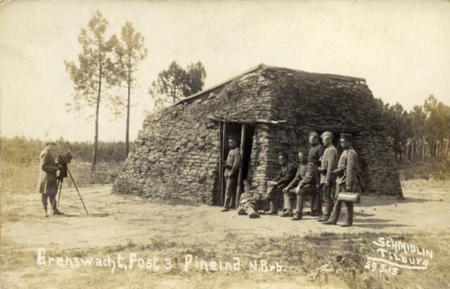 650370 - Schmidlin. Karel Schmidlin (links) fotografeert een groep soldaten aan de grenspost aan het Pineind bij Alphen, 1915.