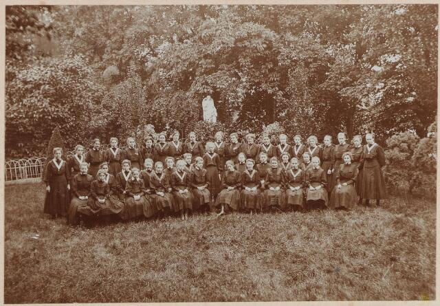 """057424 - Kloosterstraat. Groepsfoto """"Huize Catharinenberg"""" klooster en pensionaat voor jonge juffrouwen."""