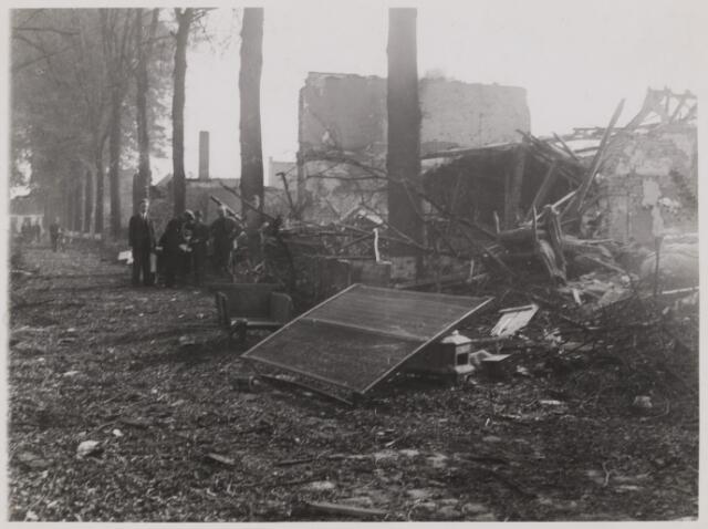 077476 - Tweede wereldoorlog 1940-1944. Spoorlaan in Oisterwijk na de ontploffing van de munitietrein. Op de voorgrond een tweepersoons matras en een kruiwagen. Ook de ongeveer tachtigjarige bomen staan er nog.