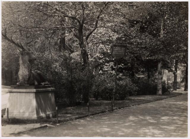 035102 - Een der ingangen van het Wilhelminapark aan de Gasthuisstraat zuidzijde. De herten zijn in de eerste wereldoorlog 1940-1945 verdwenen volgens van Braat uit Delft