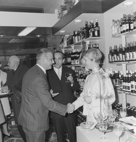 1237_013_001_003 - Wijn . Wijnhandel. Opening Wijnhandel van Bilsen 1968. Filiaal Korvelseweg. Slijterij