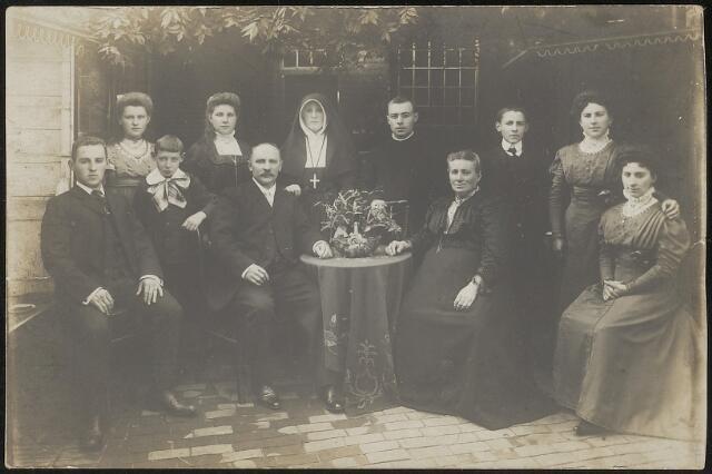 603704 - De familie Thijs-de Beer, gefotografeerd ter gelegenheid van de professie van zuster Huberta Thijs. Van links naar rechts Henricus P.M. Thijs (Tilburg 1889-1983), Johanna Maria Thijs , later zuster Maria Padua (Tilburg 1893-Diessen 1936), Antonius J.F. (Tilburg 1899-1911), Carolina Maria Thijs (Tilburg 1892-1985), vader Hubertus Johannes Thijs (Tilburg 1859-1920), Maria A.W. , zuster Huberta (Tilburg 1885-?), Gerardus F.J., broeder Bertrandus (Tilburg 1891-Breda 1964), moeder Maria M. Thijs-de Beer (Tilburg 1856-1921), Thomas J.M. (Tilburg 1894-1959), Wilhelmina U.A. (Tilburg 1887-1973) en Antonia M.A. (Tilburg 1886-Waalwijk 1935).