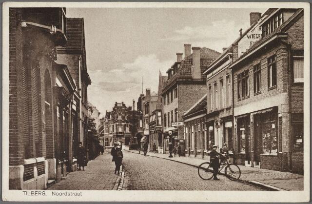 010683 - Noordstraat in noordwestelijke richting. In de verte het pand van de firma Boink op de hoek van de Utrechtsestraat. Rechts het pand   Noordstraat 68-70. Op nr. 68 woonde rond 1935 H.G.C. van Gorp, koopman in groente en fruit, op nr. 70 klompenmaker A.J. v.d. Sande, die een winkel in galanteriën dreef. Iets verder een benzinepomp en het bordje 'garage'. Dit was het bedrijf van A.J.M. v.d. Schoot op nr. 58.