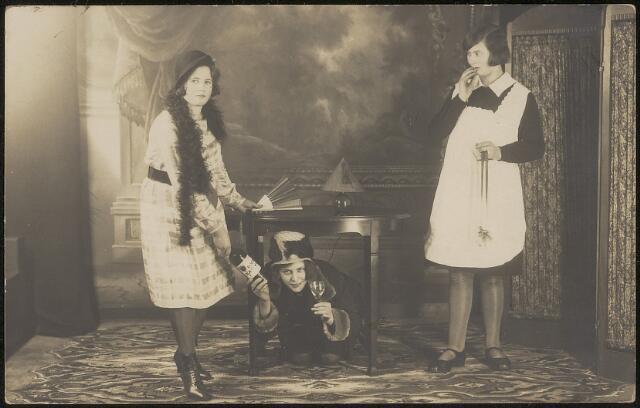 603876 - Onder de tafel waarschijnlijk: Agnes Rijnen. Collectie Agnes Rijnen- van de Put.