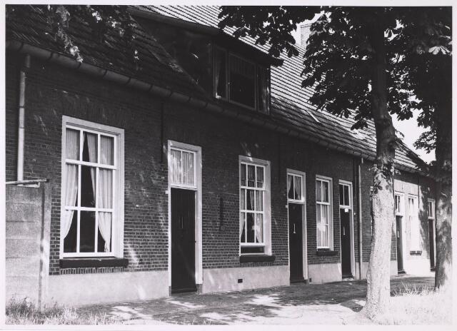 023948 - Woningen ontstaan uit de voormalige Anna Paulowna- of Torentjeshoeve, een van de eerste door koning Willem II in deze streek gebouwde boerderijen.