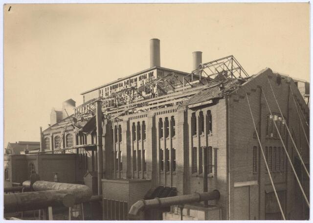 025222 - Tijdens de storm van eind januari 1953 werd ook een gebouw van de gasfabriek aan de Lange Nieuwstraat beschadigd