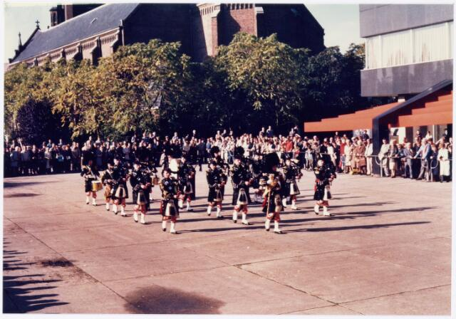 043331 - Op het Paleisplein vonden op 27 oktober 1984 festiviteiten plaats rond de viering 'Tilburg 40 jaar bevrijd'. Hier een optreden van het Schotse pipercorps The Gordon Highlanders.